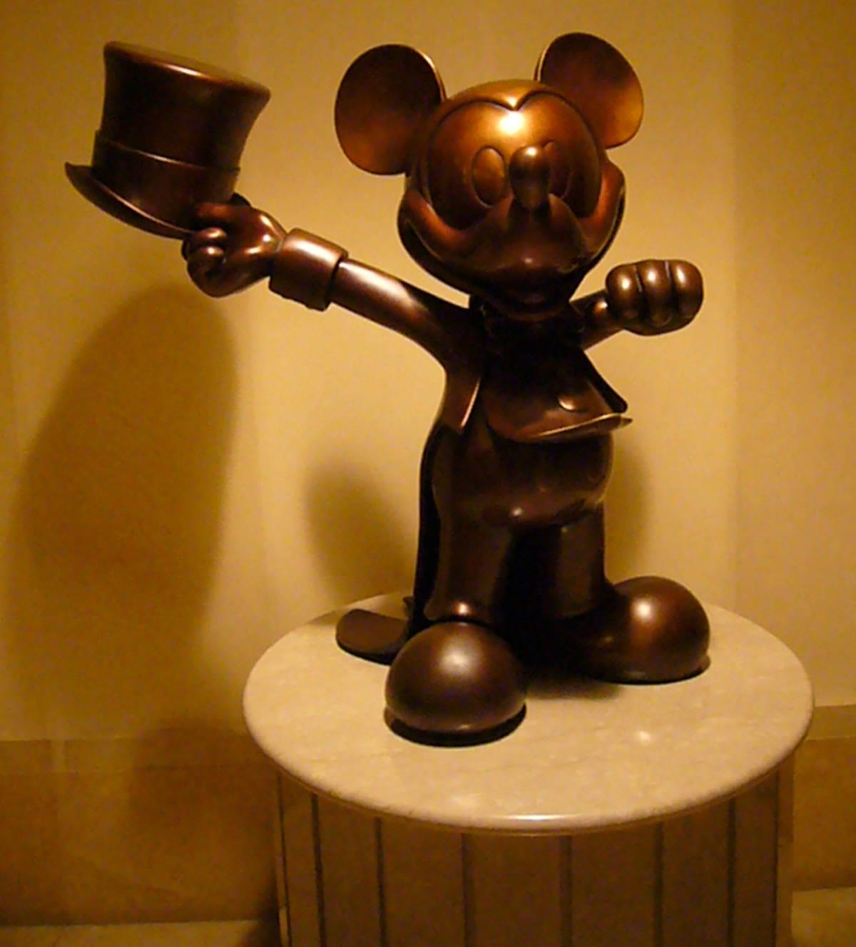 アンバサダーホテル ミッキー像